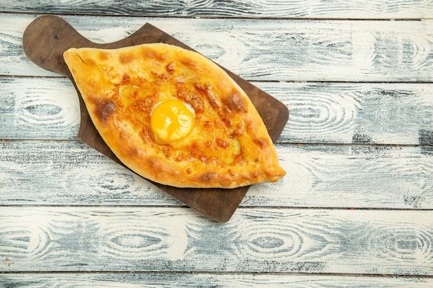 Bovenaanzicht heerlijk eierbrood gebakken op grijs rustiek bureau