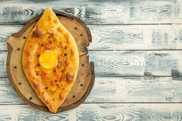 Bovenaanzicht heerlijk eierbrood gebakken op rustieke grijze ruimte
