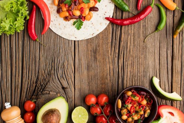 Bovenaanzicht heerlijk mexicaans eten klaar om te worden geserveerd