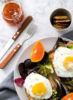 Bovenaanzicht heerlijk ontbijt met eieren