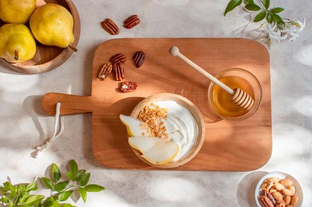 Bovenaanzicht heerlijk ontbijt met honing