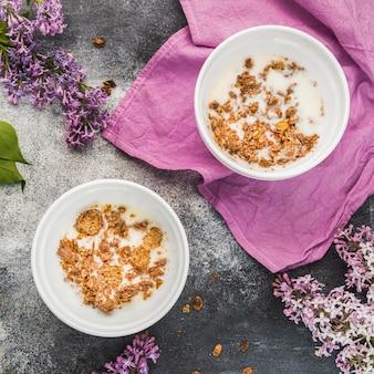 Bovenaanzicht heerlijk ontbijt met muesli en melk