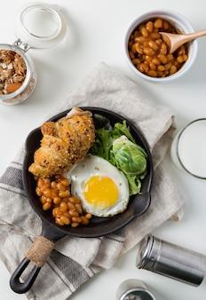 Bovenaanzicht heerlijk ontbijt op een bord