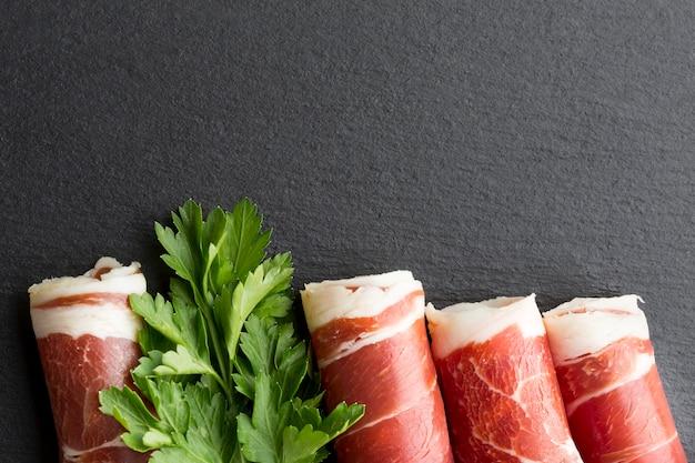 Bovenaanzicht heerlijk vlees met peterselie op de tafel