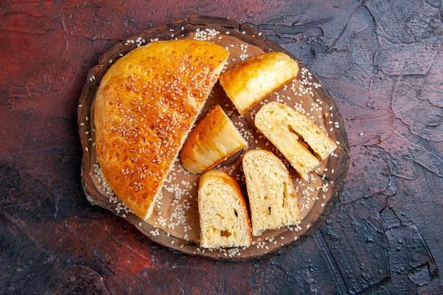 Bovenaanzicht heerlijk zoet gebak in stukjes gesneden op het donkere oppervlak