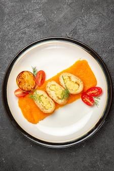 Bovenaanzicht heerlijke aardappeltaarten met pompoen in plaat op de grijze achtergrond oven bak kleur schotel diner slice