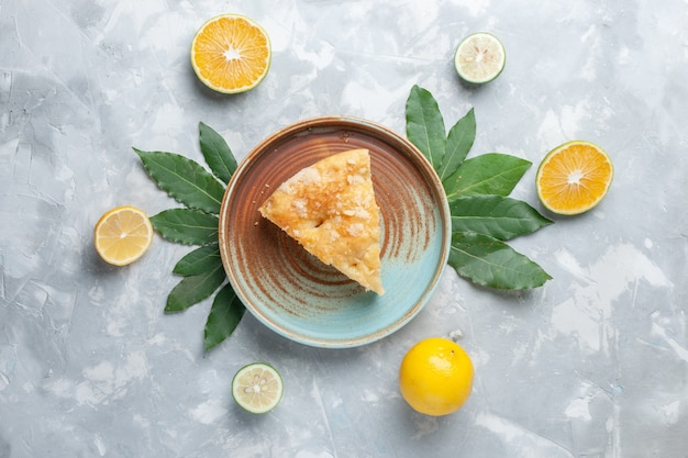 Bovenaanzicht heerlijke appeltaart binnen plaat op het lichte bureau taart cake koekje zoete suiker bakken
