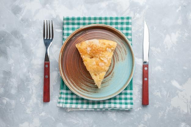 Bovenaanzicht heerlijke appeltaart gesneden in plaat op het lichte bureau taart taart zoete suiker bakken koekje