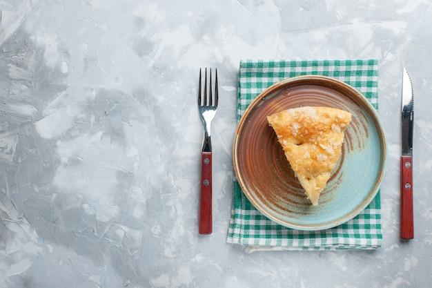 Bovenaanzicht heerlijke appeltaart gesneden in plaat op het witte bureau taart taart bakken koekje