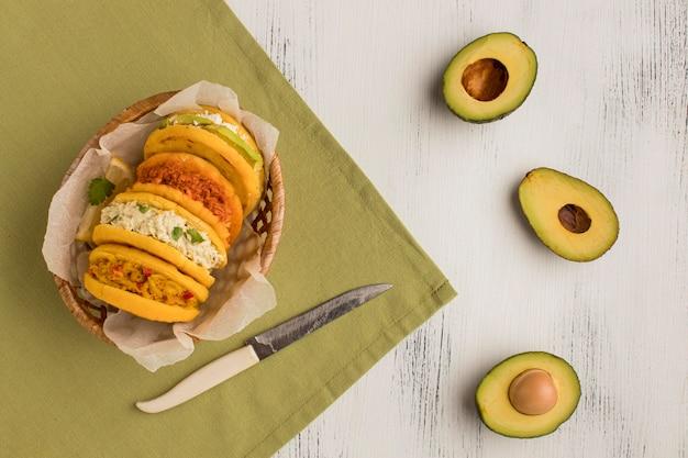 Bovenaanzicht heerlijke arepa's en avocado