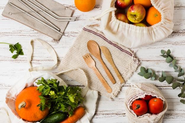 Bovenaanzicht heerlijke arrangement van voedsel voor een gezonde levensstijl