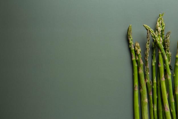 Bovenaanzicht heerlijke asperges met kopieerruimte