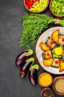 Bovenaanzicht heerlijke aubergine rolt gekookte schotel met aardappelen kruiden op donkere achtergrond kookschotel voedsel aardappel bak bakken