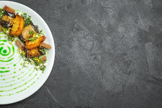Bovenaanzicht heerlijke auberginerolletjes met gebakken aardappelen in plaat op de donkere achtergrond schotel maaltijd diner roll aardappel groente