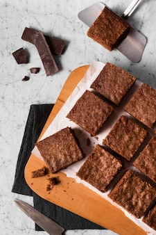 Bovenaanzicht heerlijke brownies klaar om te worden geserveerd
