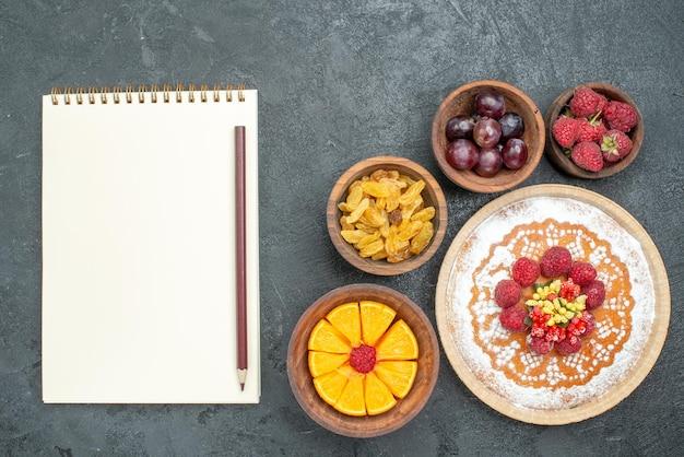 Bovenaanzicht heerlijke cake met frambozen en fruit op de grijze achtergrond cake pie fruit berry sweet cookie