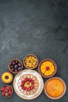 Bovenaanzicht heerlijke cake met frambozen en fruit op grijze achtergrond zoete taart taart fruit berry cookies