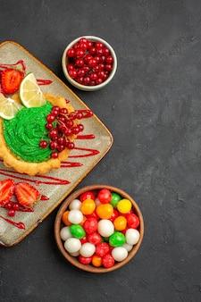 Bovenaanzicht heerlijke cake met snoepjes