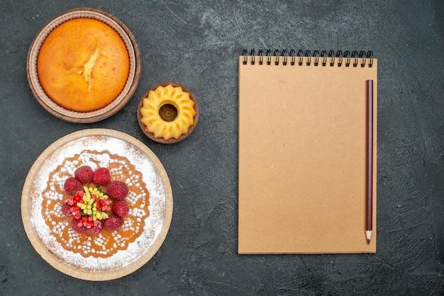 Bovenaanzicht heerlijke cake met suikerpoeder en frambozen op grijze achtergrond cake pie fruit berry sweet cookie