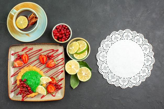 Bovenaanzicht heerlijke cake met thee en fruit