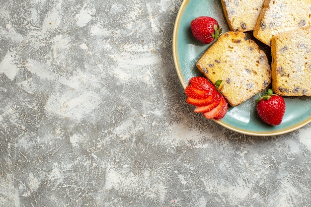 Bovenaanzicht heerlijke cake plakjes met fruit op lichte ondergrond taart fruitcake zoet