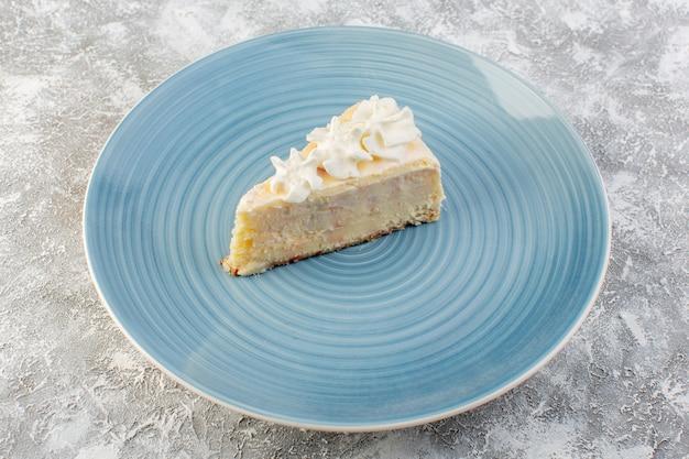 Bovenaanzicht heerlijke cakeplak binnen blauwe ronde plaat met room op de grijze achtergrond koekjescake thee zoet