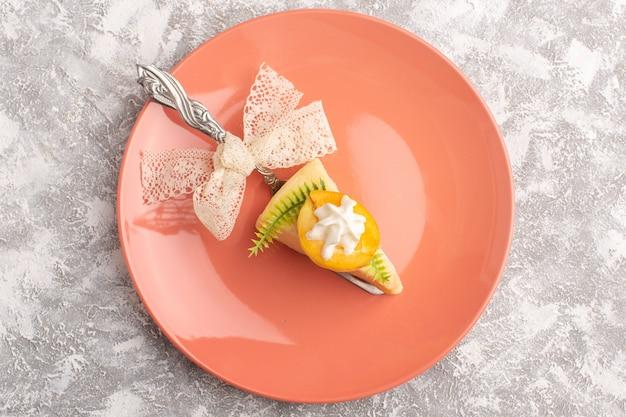 Bovenaanzicht heerlijke cakeplak met room en verse abrikoos in roze plaat op de lichte achtergrond zoete suiker bak deeg cake