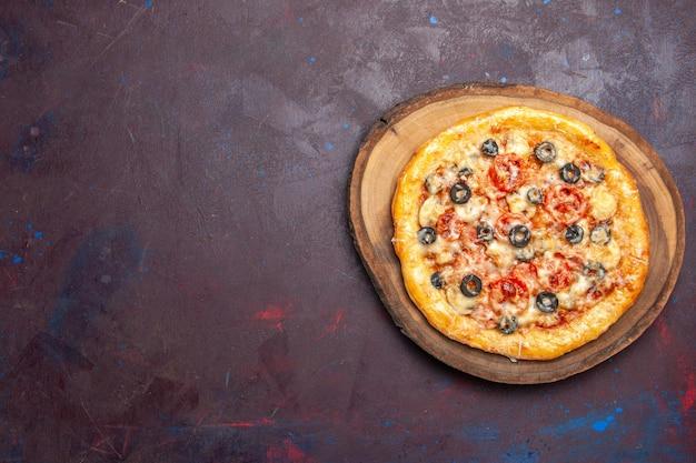 Bovenaanzicht heerlijke champignonpizza gekookt deeg met kaas en olijven op donkere bureaumaaltijd pizza italiaans deeg