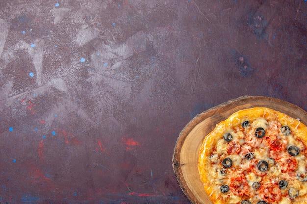 Bovenaanzicht heerlijke champignonpizza gekookt deeg met kaas en olijven op het donkere oppervlak maaltijd eten pizza italiaans deeg