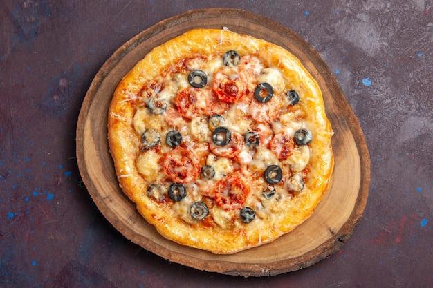 Bovenaanzicht heerlijke champignonpizza gekookt met kaas en olijven op het donkere oppervlak maaltijd snack pizza italiaans deeg