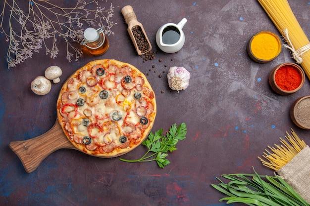 Bovenaanzicht heerlijke champignonpizza met kaas en olijven op donkere bureaumaaltijd eten deeg snack pizza italiaans