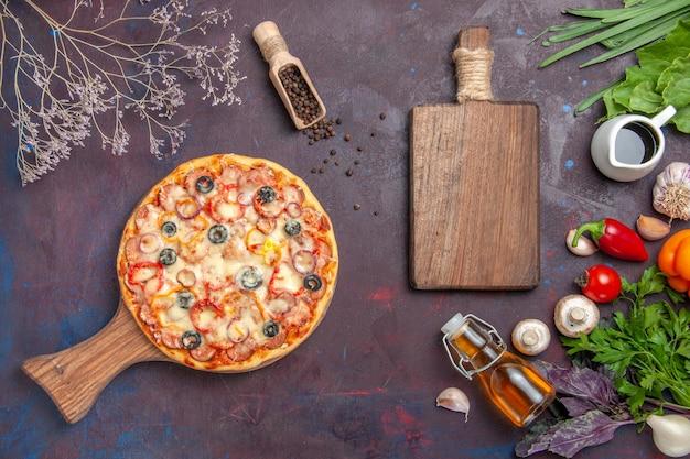 Bovenaanzicht heerlijke champignonpizza met kaas en olijven op het donkere oppervlak maaltijd italiaans eten deeg snack pizza