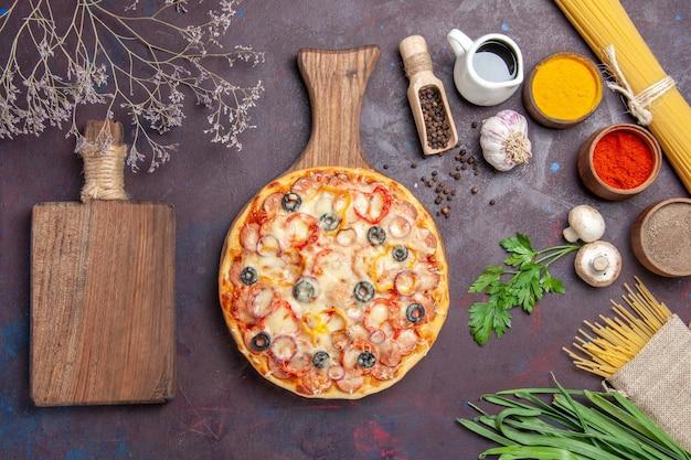 Bovenaanzicht heerlijke champignonpizza met kaas en olijven op het donkere oppervlak maaltijddeeg snack pizza italiaans