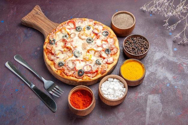 Bovenaanzicht heerlijke champignonpizza met kaasolijven en kruiderijen op donkere ondergrond pizza maaltijddeeg italiaans