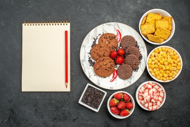 Bovenaanzicht heerlijke choco koekjes met snacks