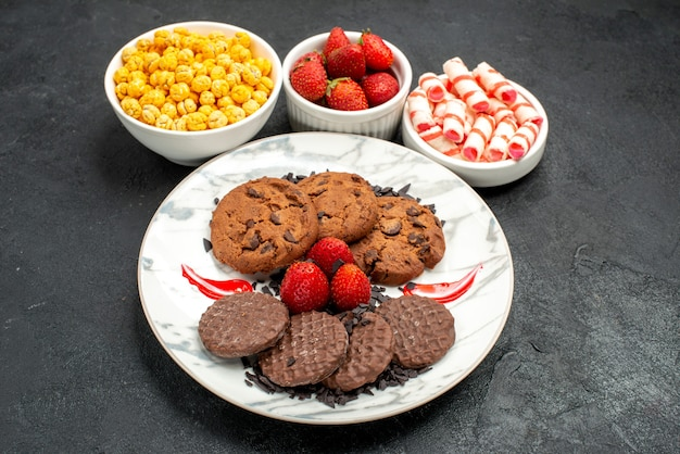 Bovenaanzicht heerlijke choco koekjes met snoepjes