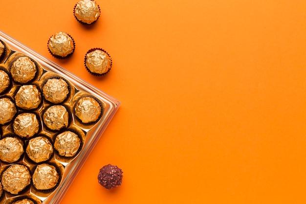 Bovenaanzicht heerlijke chocolade op oranje tafel