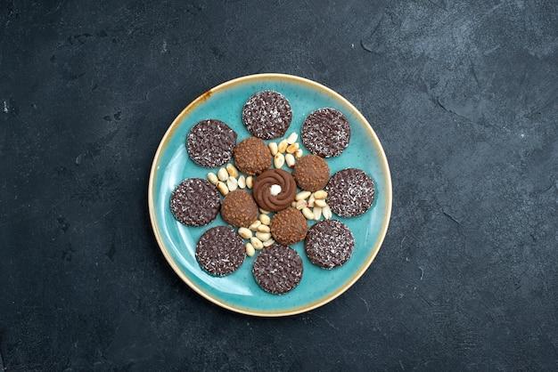 Bovenaanzicht heerlijke chocoladekoekjes ronde gevormd binnen plaat op donkere grijze achtergrond biscuit suiker cake zoete taart thee cookie
