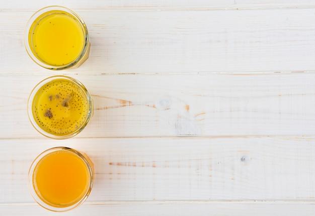 Bovenaanzicht heerlijke citrus smoothies met kopie ruimte