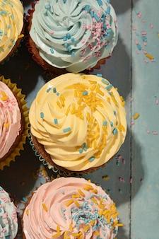 Bovenaanzicht heerlijke cupcakes met glazuur