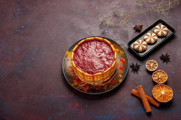 Bovenaanzicht heerlijke dessertcake met kopje koffie en chocoladekoekjes op donker bureau koekje suiker koekjescake dessert zoet