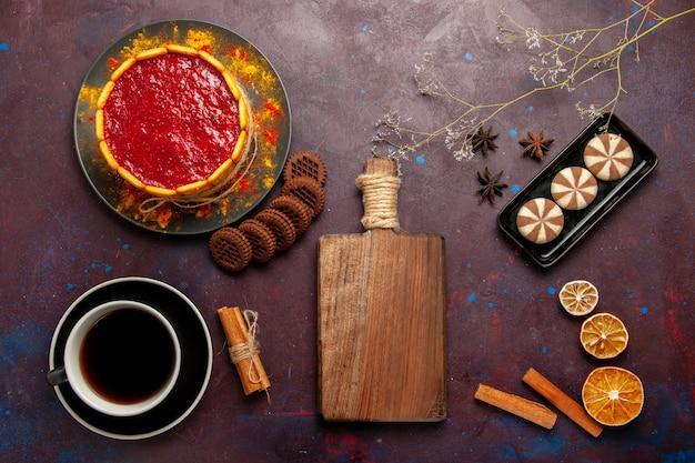 Bovenaanzicht heerlijke dessertcake met kopje koffie en koekjes op de donkere achtergrond biscuit suiker cookie cake dessert zoet