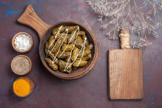 Bovenaanzicht heerlijke dolma vleesschotel met verschillende smaakmakers op donkere vloer diner schotel eten vlees calorie