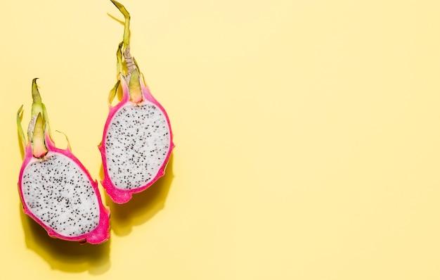 Bovenaanzicht heerlijke dragon fruit met kopie ruimte