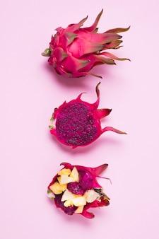 Bovenaanzicht heerlijke dragon fruit op tafel
