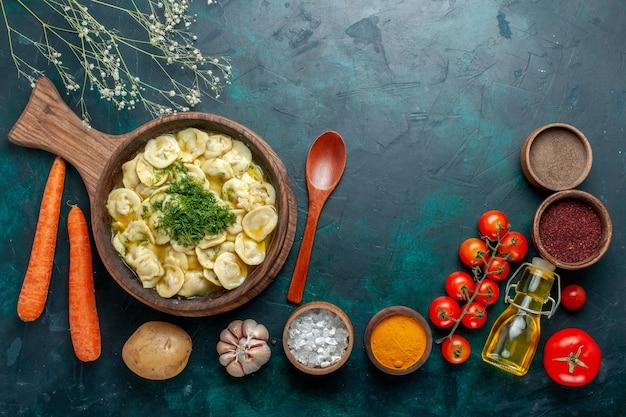 Bovenaanzicht heerlijke dumplings met verschillende kruiden op een donkergroene achtergrond voedselingrediënt product deeg vlees groente
