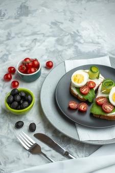 Bovenaanzicht heerlijke eiersandwiches binnen plaat op witte achtergrond sandwich hamburger maaltijd dieet voedsel toast gezondheid lunch brood