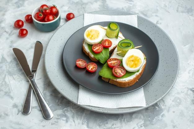 Bovenaanzicht heerlijke eiersandwiches binnen plaat op witte achtergrond sandwich hamburger maaltijd voedsel toast brood gezondheid lunch dieet