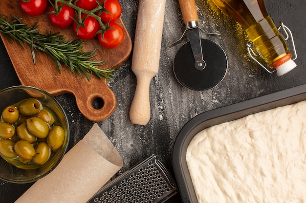Bovenaanzicht heerlijke focaccia-ingrediënten