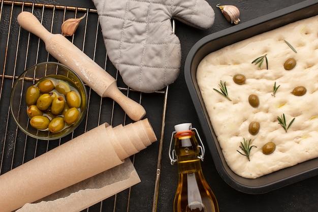 Bovenaanzicht heerlijke foccacia en ingrediënten